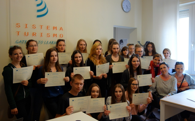 uczniowie i opiekunowie z certyfikatami